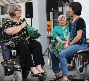 Unsere 2. Vorsitzende, Ute Germann bedankt sich bei Kerstin Blochberger vom Bundesverband behinderter und chronisch kranker Eltern (bbe) e.V., die uns aufgezeigt hat, dass für rund 390.000 behinderte Eltern mit Kindern Mobilität ein Thema von essentieller Bedeutung ist.